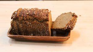 酵母発酵の色の黒いパンを食べる
